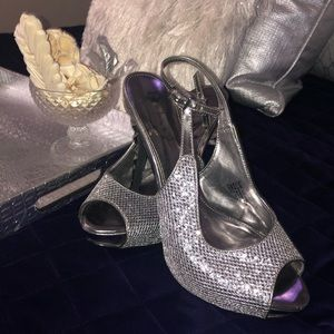 Sexy silver heels in VERY good condition